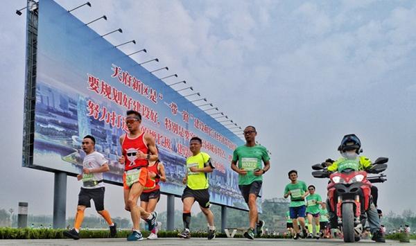 全国首个公园城市马拉松在天府新区鸣枪开赛,中国选手获男子半程二、三名