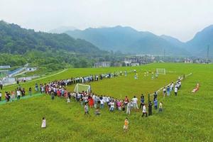 臭了30多年的矿渣场变绿茵场 什邡村民踢了场足球赛