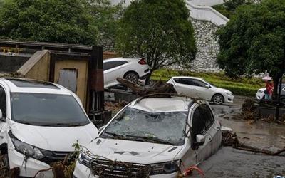 国社@四川|武警官兵转移近千名四川山洪泥石流受灾群众
